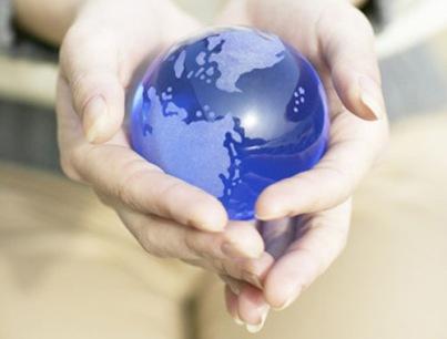 manos-sujetan-mundo-2